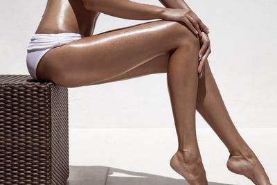 Jambes bronzées et épilées